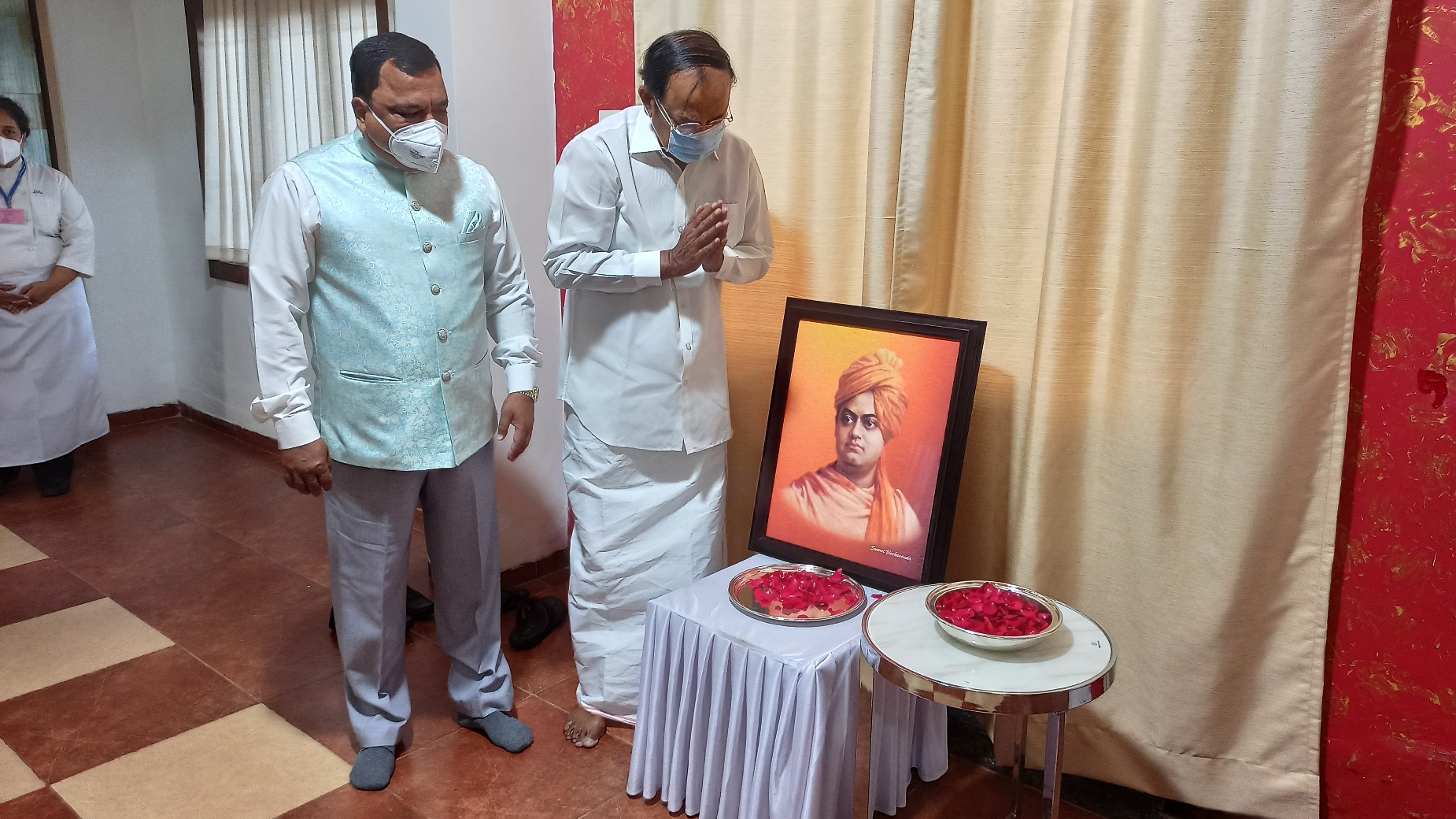 The Vice President, Shri M. Venkaiah Naidu paying floral tributes to Swami Vivekananda on the occasion of National Youth Day at the Institute of Hotel Management, Goa on 12th January 2021