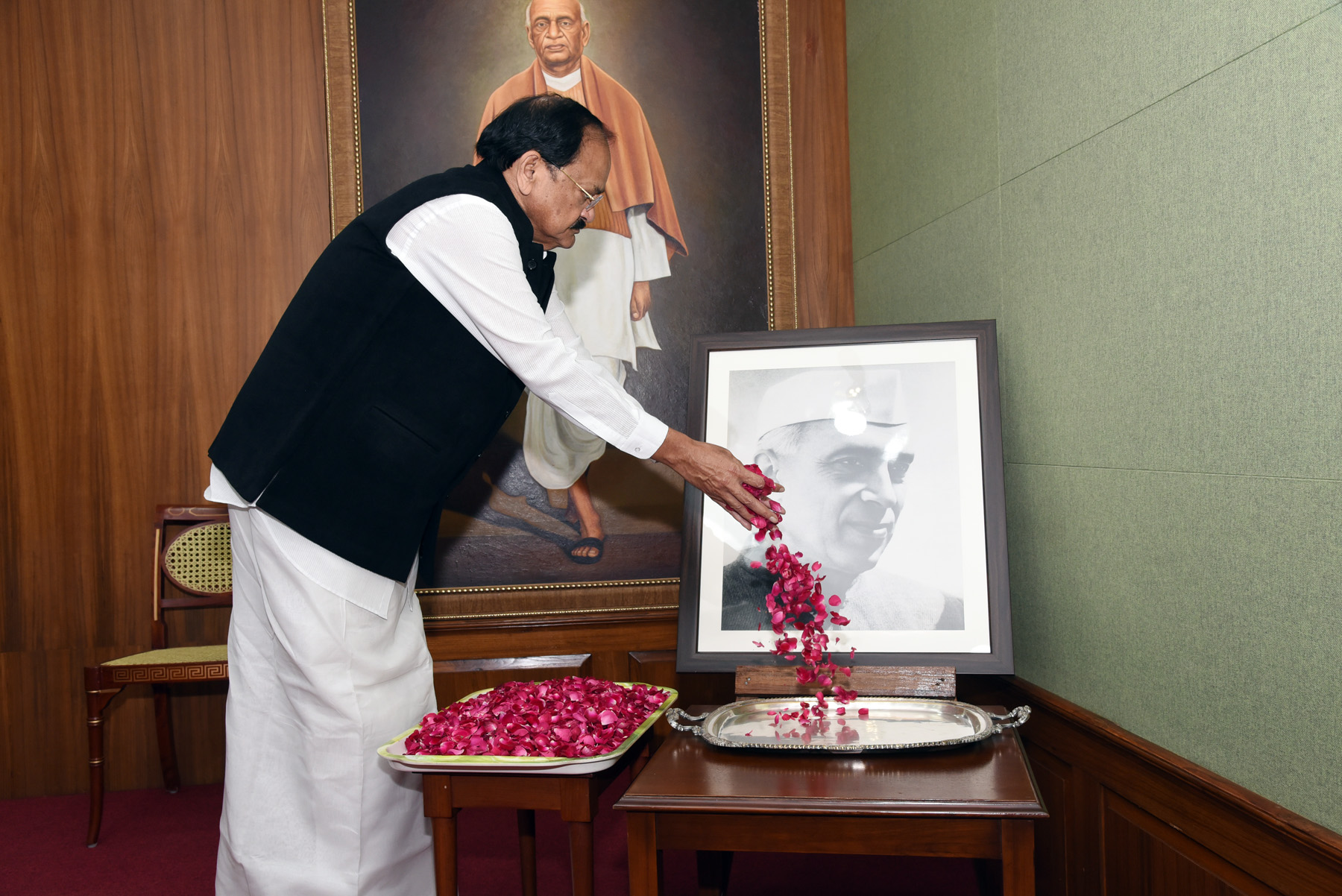 The Vice President, Shri M. Venkaiah Naidu paying floral tributes to Pandit Jawaharlal Nehru on the occasion of Children's Day, in New Delhi on 14 November, 2019.