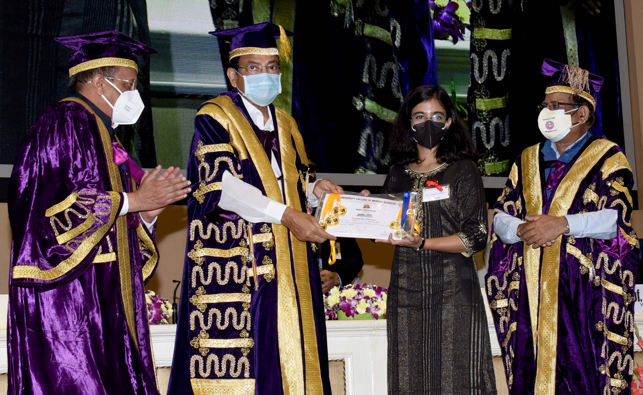 The Vice President, Shri M. Venkaiah Naidu presenting awards to students during the convocation ceremony of the University College of Medical Sciences (UCMS) at Vigyan Bhawan in New Delhi on September 25, 2021.