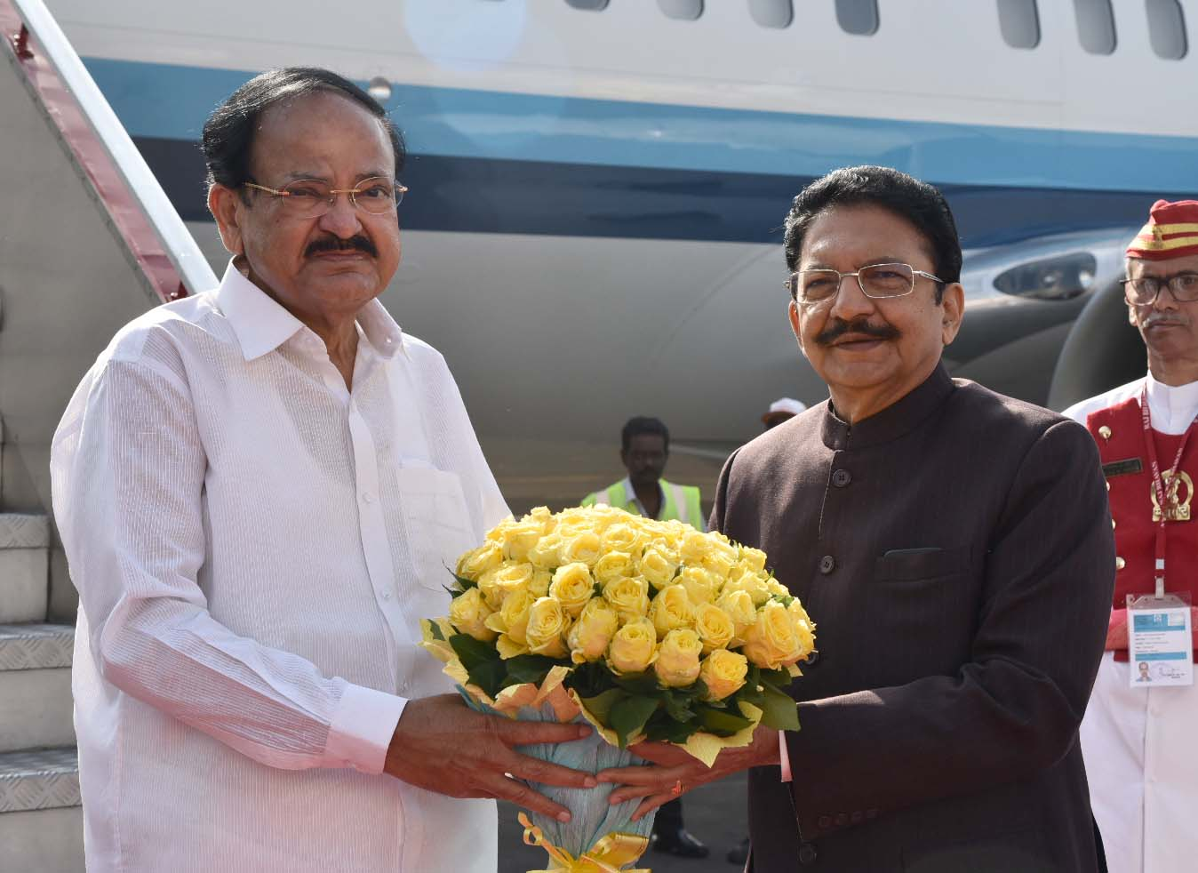 The Vice President, Shri M. Venkaiah Naidu being received by the Governor of Maharashtra, Shri C. Vidyasagar Rao and others, on his arrival, in Mumbai on March 26, 2019.