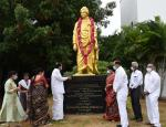 The Vice President, Shri M. Venkaiah Naidu paying floral tributes to Swami Vivekanada during launch of free COVID vaccination drive at Swarna Bharat Trust, Hyderabad on September 7, 2021.