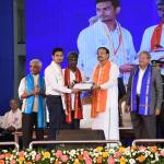 The Vice President, Shri M. Venkaiah Naidu awarding degrees to students at the Diamond Jubilee Year Convocation of NITK - Surathkal, in Mangaluru on 02 November, 2019.