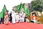 The Vice President, Shri M. Venkaiah Naidu flagging off 'Krishi Sarthi Rath', a Mobile Information Centre for farmers, on the occasion of launching Mukhya Mantri Krishi Ashirwad Yojna, in Ranchi, Jharkhand on August 10, 2019. The Governor of Jharkhand, Smt. Draupadi Murmu, the Chief Minister of Jharkhand, Shri Raghubar Das, the Deputy Chairman of Rajya Sabha, Shri Harivansh Narayan Singh, the Minister for Agriculture, Jharkhand, Shri Randhri Kumar Singh and other dignitaries are also seen.