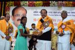 The Vice President, Shri M. Venkaiah Naidu giving away Certificates to Students at the 16th Annual Convocation of Dakshina Bharat Hindi Prachar Sabha, in Hyderabad on November 19, 2017. The Deputy Chief Minister of Telangana, Shri Mohammad Mahmood Ali and other dignitaries are also seen.