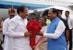 The Vice President, Shri M. Venkaiah Naidu being welcomed by the Chief Minister of Jharkhand, Shri Raghubar Das, on his arrival, in Ranchi, Jharkahand on September 08, 2017. The Governor of Jharkhand, Smt. Droupadi Murmu is also seen.
