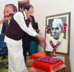 The Vice President, Shri M. Venkaiah Naidu paying floral tributes to Dr. Rajendra Prasad on the occasion of delivering his Memorial Lecture, organized by the All India Radio, in New Delhi on November 30, 2017. The Minister of State for Youth Affairs and Sports (I/C) and Information & Broadcasting, Col. Rajyavardhan Singh Rathore and other dignitaries are also seen.