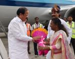 The Vice President, Shri M. Venkaiah Naidu being welcomed by the Governor of Jharkhand, Smt. Droupadi Murmu, on his arrival, in Ranchi, Jharkahand on September 08, 2017.